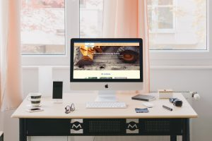 Bildschirm mit Internetseite Maschinenvermietung Surray